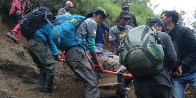 Tim Jelajah 54 TN Indonesia Bantu Petugas BTN Gunung Merbabu Evakuasi Pendaki